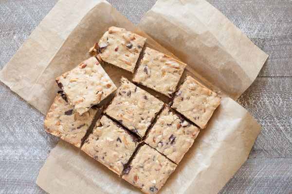 Almond, Pretzel and Chocolate Chunk Blondies | BourbonandHoney.com